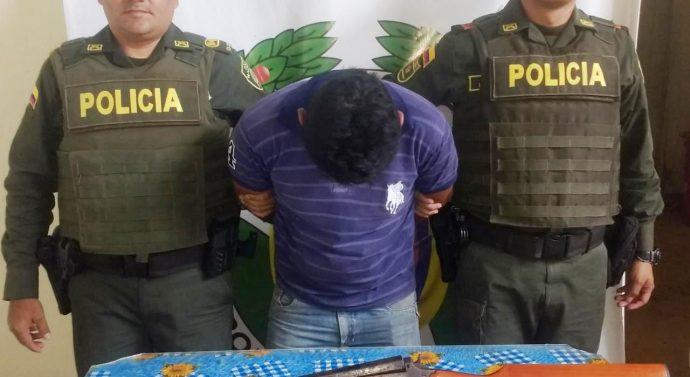 En Elías, Policía captura hombre que atacaba con un machete a su esposa