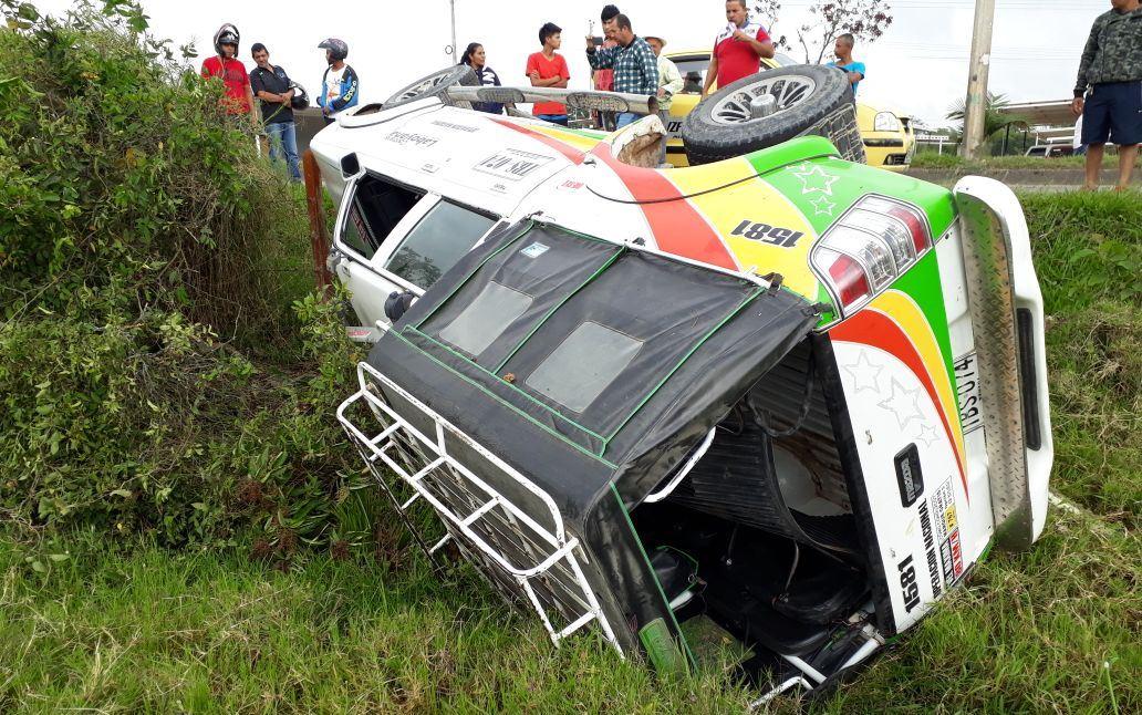 Aparatoso volcamiento de camioneta publica, en cercanías a Pitalito