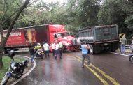 Accidente de transito en la vía Altamira-Timaná, dos pesados vehículos chocaron de frente