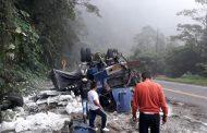 Camión quedó destruido en aparatoso accidente en la vía Suaza-Florencia