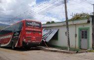 Este vehículo por poco y causa una tragedia tras accidentarse contra una casa, en Timaná