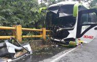 Fuerte Accidente de bus afiliado a la empresa Cootranshuila en Campoalegre Huila.
