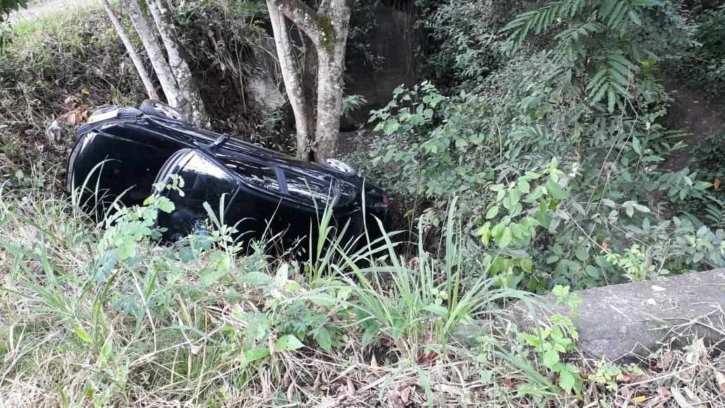 Vehículo cayó a un precipicio en la vía Garzón – El Agrado