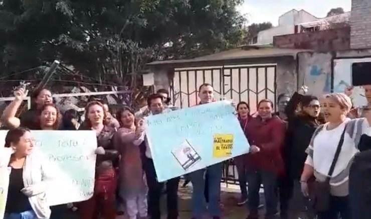 Protesta en Isnos por nombramiento de docente acusado de delitos sexuales