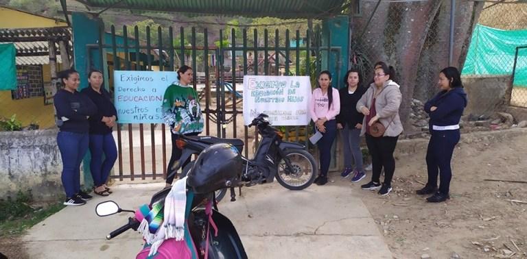 Padres de familia protagonizan jornada de paro en sede educativa en Santa María